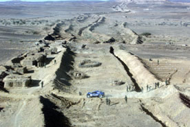 vue-aerienne-mur-marocain-traverse-par-Rallys[1]